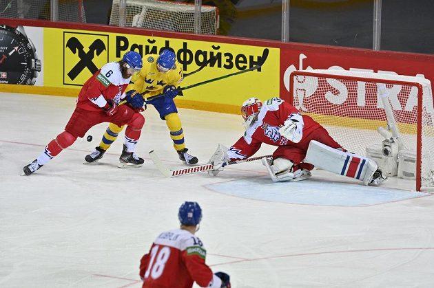 Zleva David Musil, Švéd Dennis Rasmussen a brankář Šimon Hrubec.