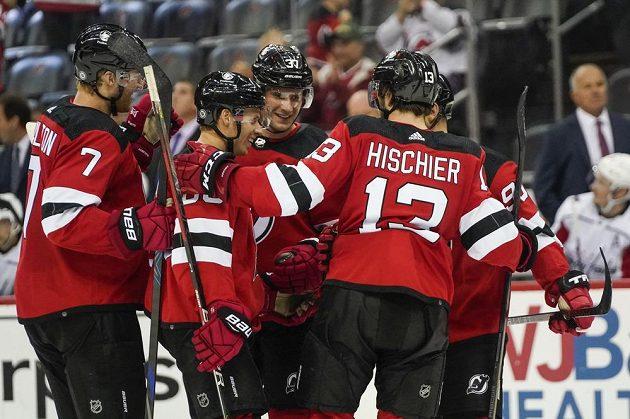 Hokejisté New Jersey Devils slaví gól českého útočníka Pavla Zachy v přípravném utkání před NHL.