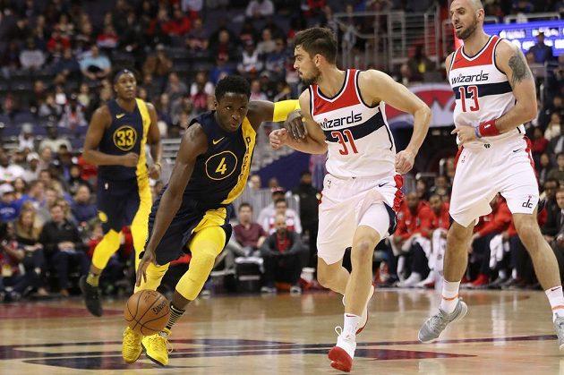 Basketbalista Indiany Pacers Victor Oladipo dribluje směrem ke koši v utkání NBA s Washingtonem Wizards. V akci mu brání Čech Tomáš Satoranský.