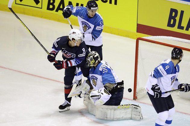 Brady Skjei střílí vedoucí gól USA v souboji s Finskem.