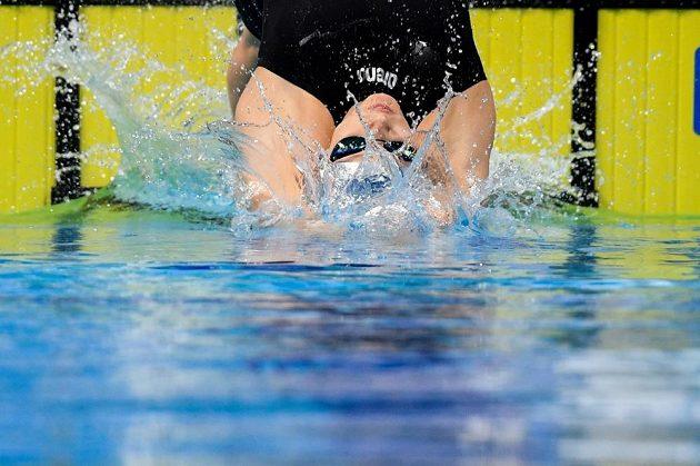 Plavkyně Simona Baumrtová na startu závodu na 200 metrů znak v rozplavbě.