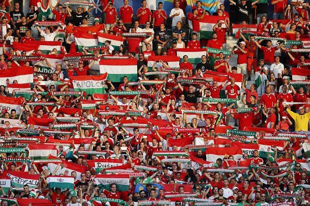 Maďarští fanoušci při osmifinále ME proti Belgii.