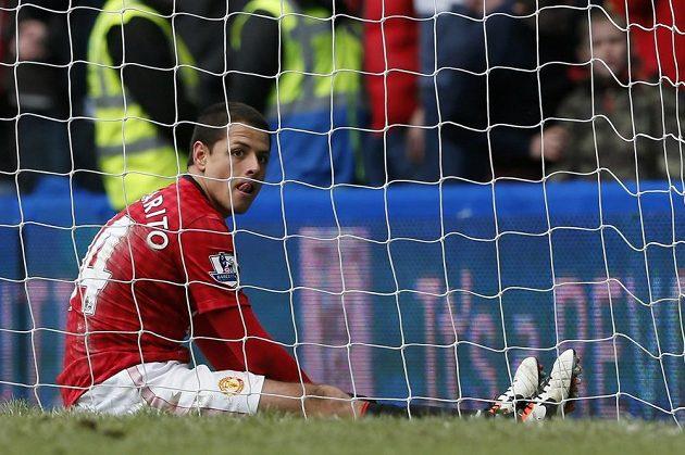 """""""To není možný,"""" jako kdyby říkal Javier Hernández po zákroku Petra Čecha, který gólman vytáhl po jeho hlavičce."""
