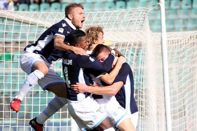 Fotbalisté Lazia Řím oslavují jediný gól v zápase s Palermem.