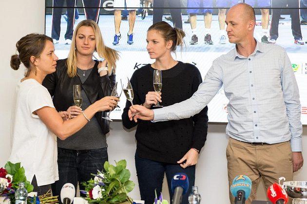 Přípitek po návratu z finále. Zleva Barbora Strýcová, Petra Kvitová, Karolína Plíšková a Petr Pála.