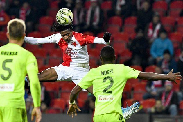 Slávista Peter Olayinka hlavičkuje před hráči Karviné.