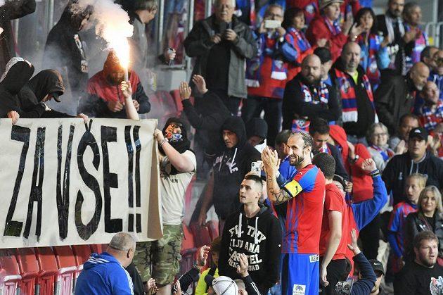 Fotbalista Roman Hubník (vpravo) se po zápase loučí s fanoušky Plzně.