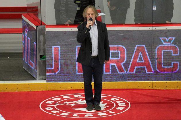 Hymnu na úvod šestého finále play off extraligy zazpíval Jaromír Nohavica.
