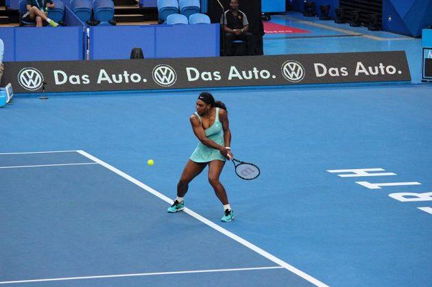 Američanka Serena Williamsová porazila Lucii Šafářovou na Hopmanově poháru až po tuhém boji.