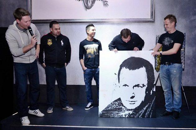 Trenér Pavel Vrba (druhý zprava) se svým portrétem.