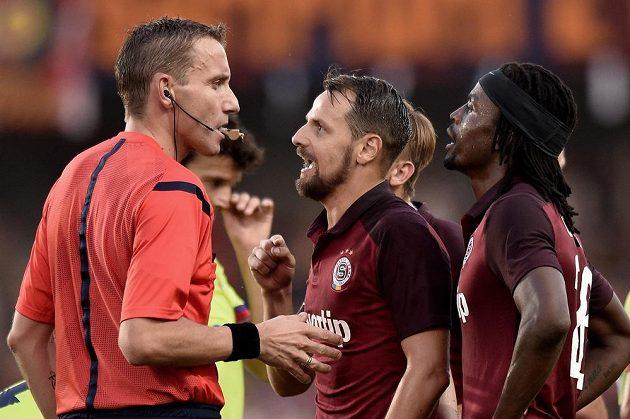 Vyloučený sparťan Marek Matějovský spílá italskému rozhodčímu Paolovi Mazzolenimu.