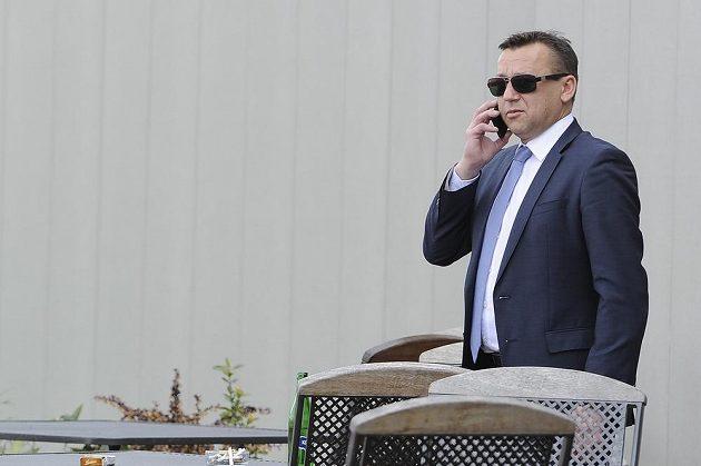 Bronislav Šerák, advokát předsedy Fotbalové asociace ČR Miroslava Pelty, před sídlem asociace v Praze na Strahově.