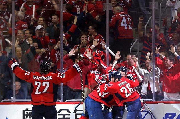 Hokejisté Washingtonu se radují po vítězném gólu Toma Wilsona.