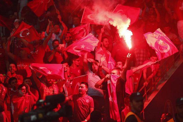 Tureckým fandům se povedlo propašovat na stadión pyrotechniku.