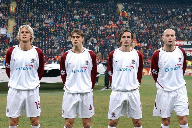 Fotbalisté Sparty (zleva) Radoslav Kováč, Pavel Pergl, Tomáš Sivok a Petr Johana před utkáním osmifinále Ligy mistrů s AC Milán v březnu 2004 na stadiónu San Siro.