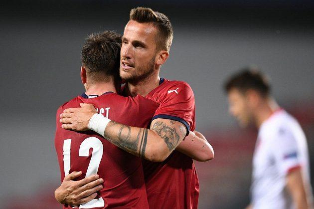 Lukáš Masopust (vlevo) a Tomáš Pekhart oslavují gól v přípravě proti Albánii.
