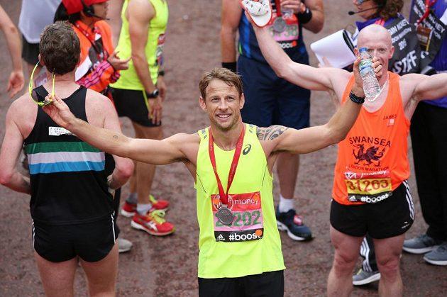 Pro dnešek dobojováno, Jenson Button se zdraví s fanoušky po doběhnutí londýnského maratónu.