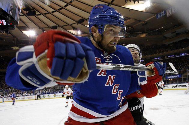 V tvrdém souboji u hrazení Rick Nash z New York Rangers.