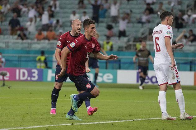 Český fotbalový útočník Patrik Schick see chystá oslavit svůj gól do sítě Dánska ve čtvrtfinále EURO.
