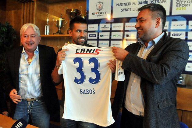 Baník Ostrava představil novou posilu týmu Milana Baroše (uprostřed). Bývalý reprezentant podepsal smlouvu do konce sezóny. Na snímku vlevo je Barošův manažer Pavel Paska, vpravo je majitel klubu Petr Šafarčík.