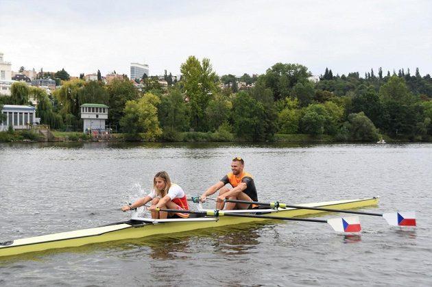 Ester Ledecká si s Ondřejem Synkem nejprve vyzkoušela dvojskif.