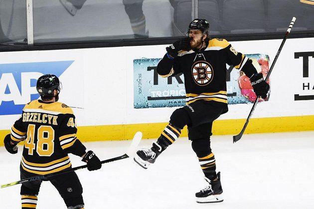 Je to tam! Český útočník Bostonu David Pastrňák oslavuje svůj gól v utkání 2. kola play off NHL proti NY Islanders.