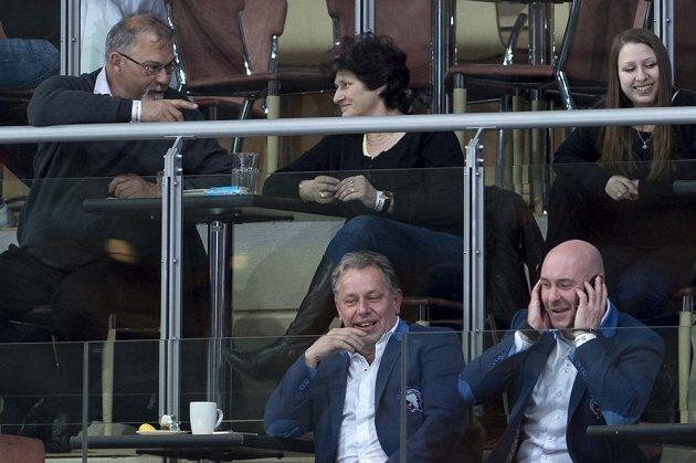 Sportovní manažer Plzně Tomáš Vlasák (vlevo) sleduje semifinálové utkání na ledě Sparty.
