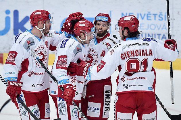 Martin Růžička (druhý zprava) se raduje se spoluhráči z Třince z gólu v Liberci.