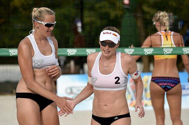 Beachvolejbalistky Hana Skalníková (vlevo) a Kristýna Kolocová při turnaji v Praze.