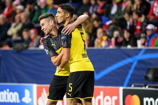 Achraf Hakimí z Dortmundu oslavuje gól na 1:0 během utkání základní skupiny Ligy mistrů na hřišti Slavie Praha.