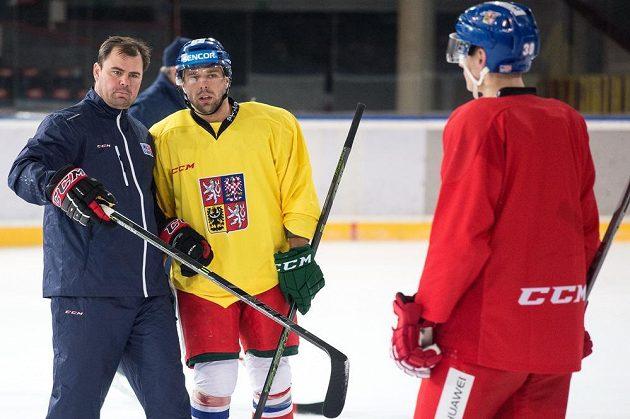Asistent trenéra Jaroslav Špaček a útočník Milan Gulaš při tréninku hokejové reprezentace před turnajem Karjala.