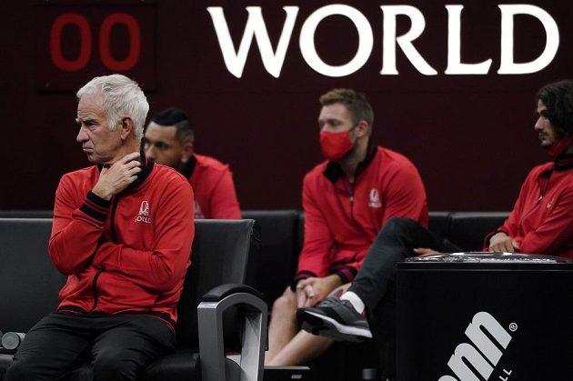 Nehrající kapitán Výběru světa John McEnroe sleduje utkání Laver Cupu.