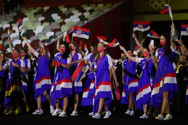Srbská výprava nastupuje na Olympijský stadion během zahajovacího ceremoniálu LOH 2021 v Tokiu.