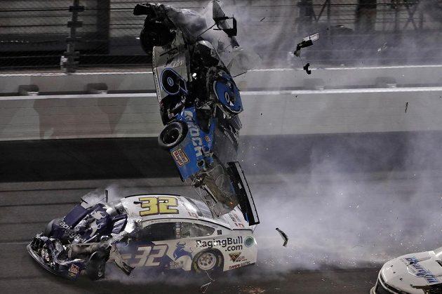 Děsivá havárie. Závodník Ryan Newman skončil po ošklivé bouračce v nemocnici.