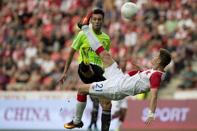 Vpředu Milan Škoda ze Slavie dává gól nůžkami, ale sudí pískal jeho údajný faul na Rodericka Mirandu z Rio Ave.