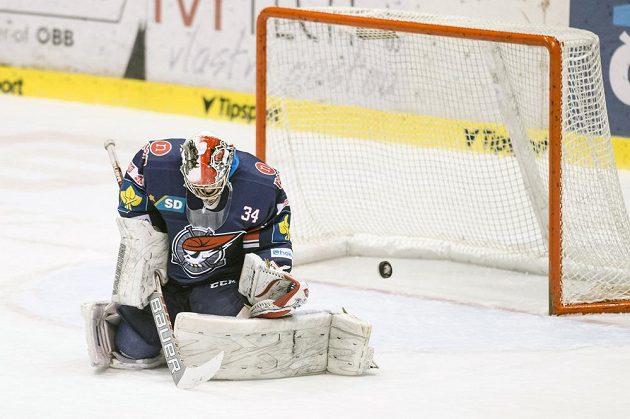 Chomutovský brankář Robert Kristan inkasuje gól na ledě Pardubic.
