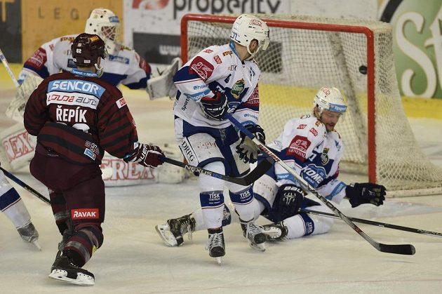 Sparťan Michal Řepík dává úvodní gól v Brně.