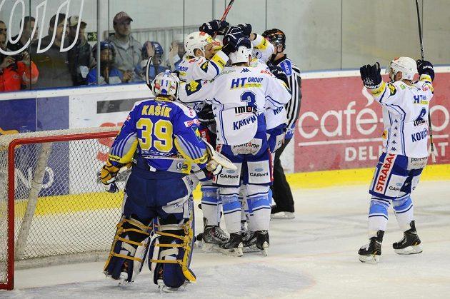 Hokejisté Komety Brno se radují z branky, kterou vstřelili zlínskému brankáři Liboru Kašíkovai.