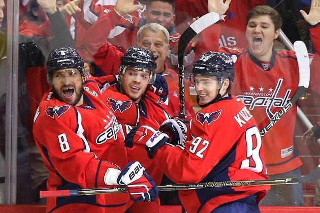 Radost hokejistů Washingtonu (zleva) Alexandr Ovečkin, John Carlson a Jevgenij Kuzněcov.