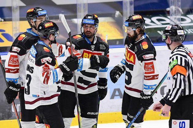 Hokejisté Spatzy David Tomášek, Martin Jandus, Michal Řepík a Roman Horák oslavují gól.