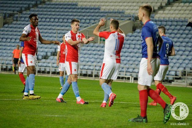 Fotbalisté Slavie se radují z úvodní branky utkání
