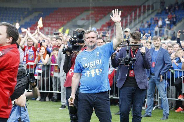 Trenér Plzně Pavel Vrba zdraví fanoušky po zisku mistrovského titulu.
