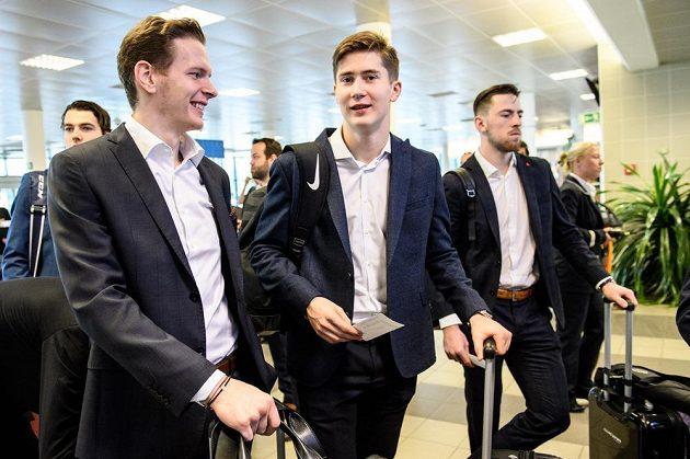 Jakub Krejčík (vlevo), Martin Nečas a Filip Hronek před odletem na MS do Dánska.
