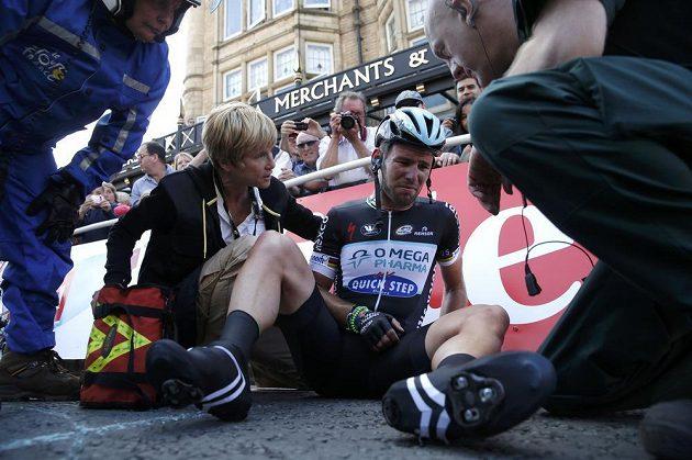Britský cyklista Mark Cavendish měl těsně před koncem první etapy Tour de France těžký pád. Vyšetření odhalilo potrhané vazy v rameni.