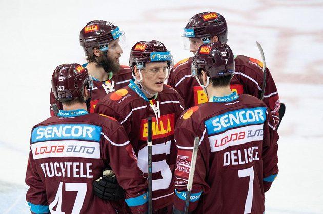 Hokejisté Sparty (zleva): Jan Buchtele, Jan Piskáček, Miroslav Forman, Lukáš Klimek a Steven Delisle během utkání s Brnem.