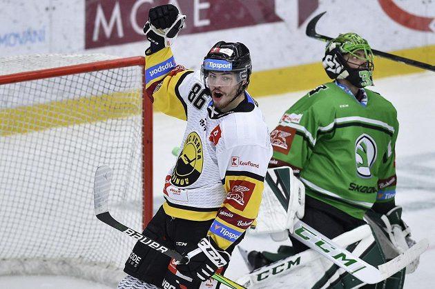 Filip Helt z Litvínova se raduje z druhého gólu. Vpravo brankář Mladé Boleslavi Jan Růžička.