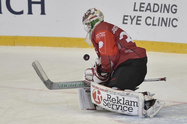 Brankář Frölundy Johan Gustafsson v utkání hokejové Ligy mistrů v Brně.
