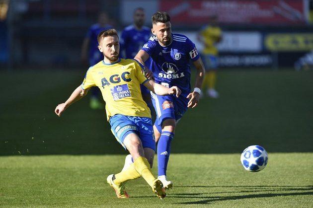 Jan Shejbal z Teplic odehrává míč, olomoucký fotbalista Jakub Yunis přišel pozdě.