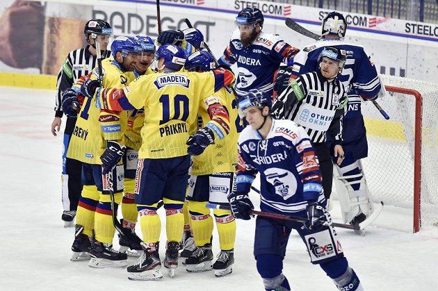Hokejisté Českých Budějovic se radují z pátého gólu.