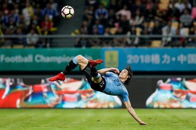 Edinson Cavani tímto povedeným kopem vstřelil druhý gól Uruguaye v zápase s Českem.